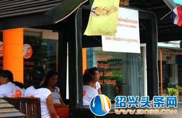 图为泰国普吉岛街头租妻们的身影
