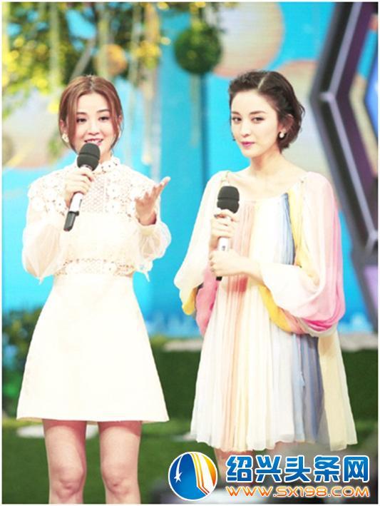 刘亦菲的气质就是太符合这件彩虹条纹的一字肩上衣