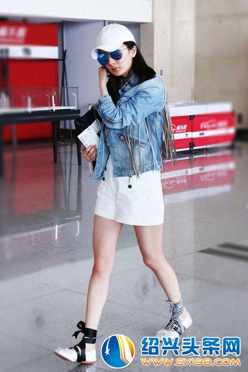 牛仔外套配白色高腰短裤