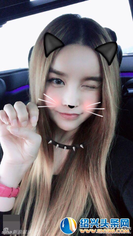 自拍照造型怎么摆_韩国女星河莉秀在微博晒出自拍照,并使用流行的特效效果,大摆造型
