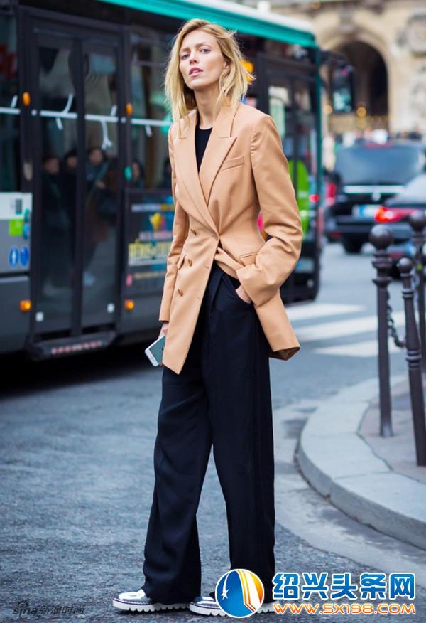 搭配今年流行的超长阔腿裤