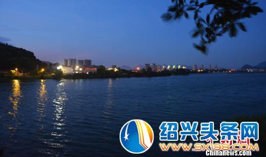 图为夜幕下的东湖湿地公园湖面,风景秀丽. 叶茂 摄