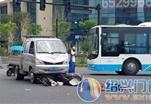 宁海街头发生车祸,电动车直接卷入车底